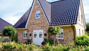 Diese Haustür (auch als Doppelelement) und die 6-Feld-Einteilung der Fenstersprossen werden wir auch nehmen.