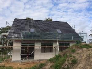 Haus mit Dach und Fenstern