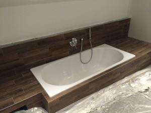 Unsere Badewanne integriert in unsere Ablage