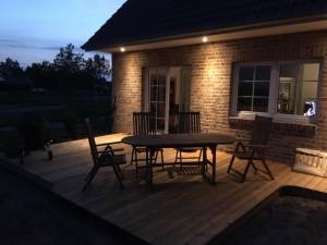 Terrasse mit Tisch, Stühlen und Bank